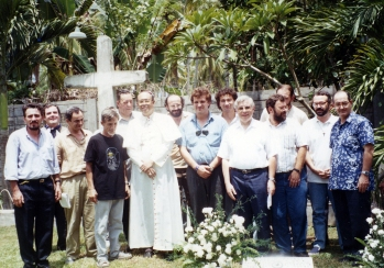 Filippine 25° Pime con mons. Juan de Dios Pueblos, sulla tomba di p. Tullio Favali