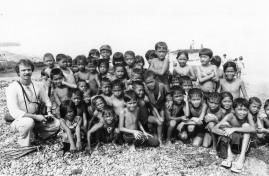 1985 bambini di Labuan col P. Steve Baumbusch, Mindanao, 1985, stampa b/n