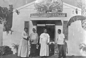 Filippine, diocesi di S.Pablo, parrocchia di S.Cruz: 15 marzo 1970. Mons. Pedro Boutigua, vescovo a S. Pablo, e P. Bonaldo davanti al padiglione delle attività sociali diocesane, nella fiera annuale della provincia di Laguna.